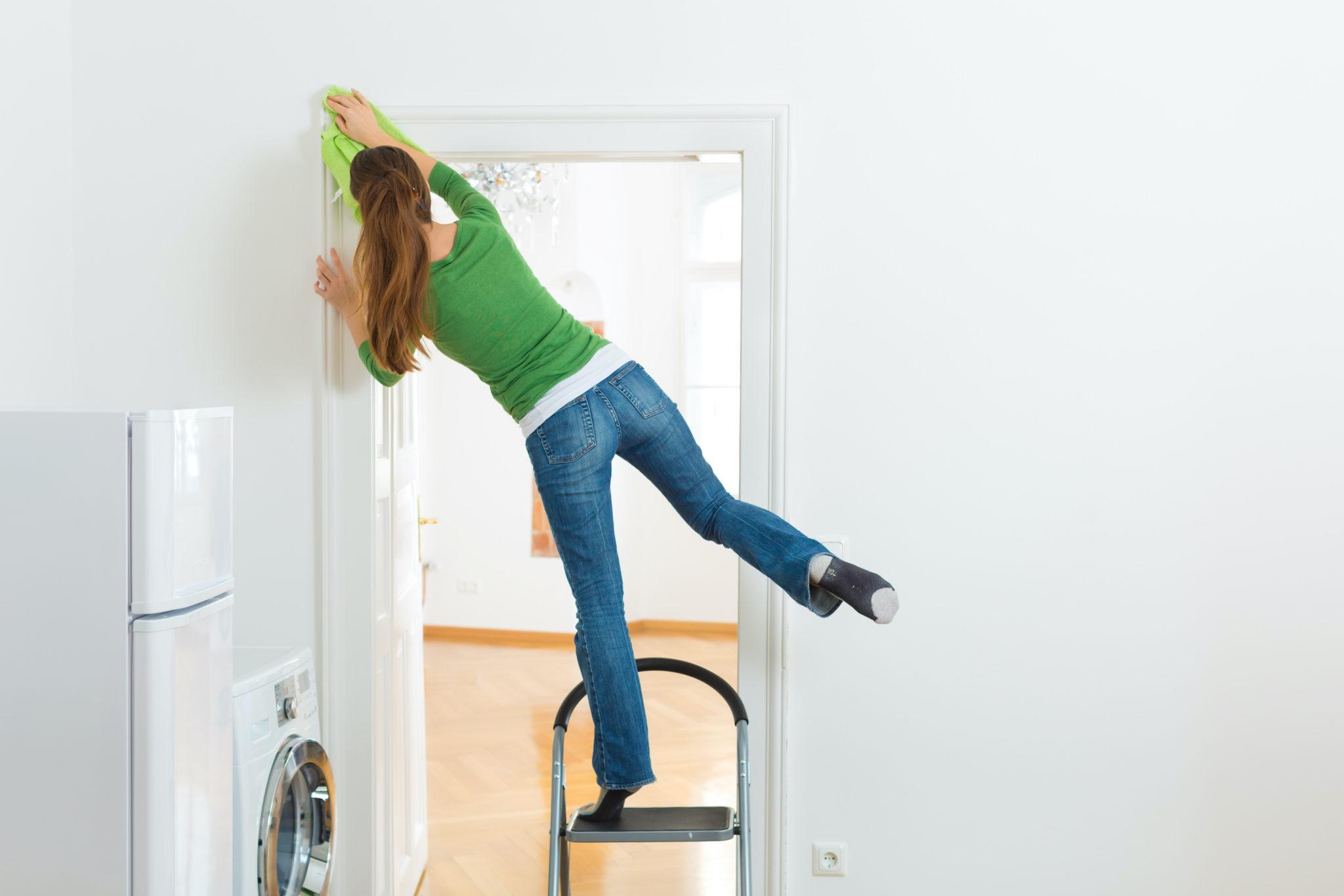 femme en equilibre dangereux sur un escabeau - accident de la vie