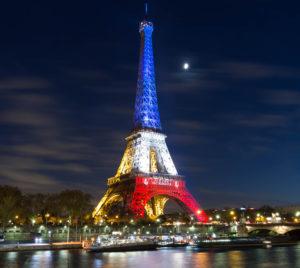 Tour Eiffel à Paris illuminée en bleu-blanc-rouge pour honorer les victimes des attentats de plusieurs terrasses de cafés et du Bataclan, le 13 novembre 2015